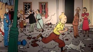 """Tintin, chàng phóng phiên trong """"Những cuộc phiêu lưu của Tintin"""" với chú chó Milou. Triển lãm Hergé, Grand Palais, Paris."""
