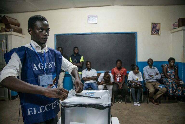 Un agent électoral de la Céni scelle une urne devant des observateurs dans un centre à Kitendo, à Lubumbashi, lors du scrutin du 30 décembre (photo d'illustration).