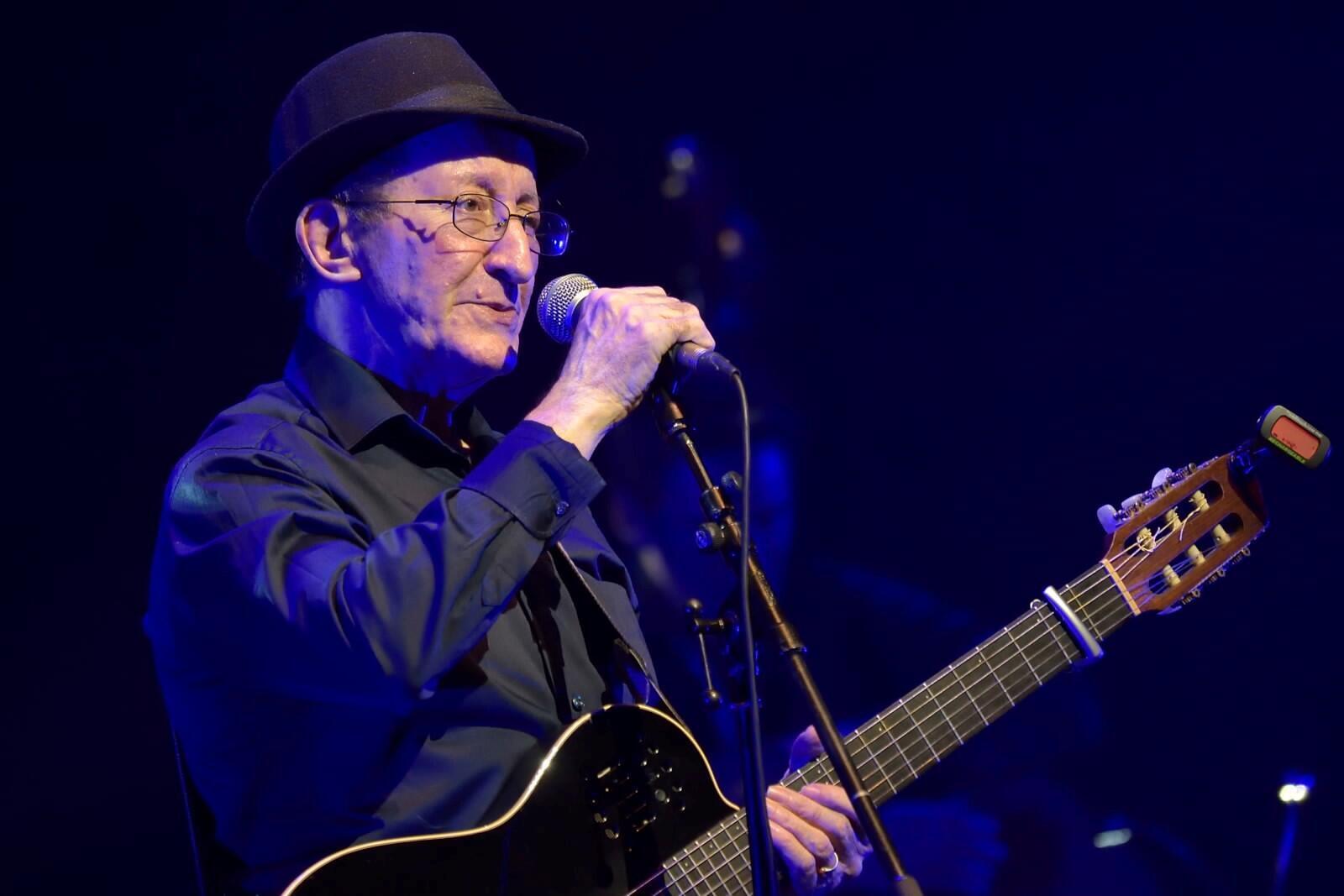 Músico berbere Idir faleceu a 2 de Maio em Paris com 70 anos de idade, vítima de uma infecção pulmonar. Fotografia tirada em concerto na sala do Grand Rex, em Paris em 2017.
