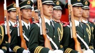 2010年8月1日,中國武警部隊在紫禁城前參加建軍節操練。