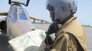 Un pilote de l'armée camerounaise chargé de surveiller la frontière nord du Cameroun, près de laquelle opèrent les islamistes de Boko Haram, le 18 juin 2014, à Garoua.