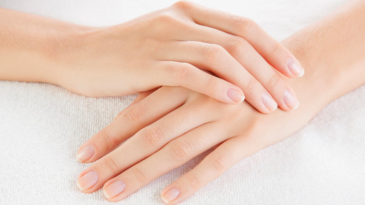 L'aspect de nos ongles, couleurs, tâches, stries, etc. peuvent être le signe de maladies ou de carences alimentaires.