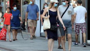 Personas con mascarilla en una calle de Bruselas, en Bélgica, el 12 de agosto de 2020