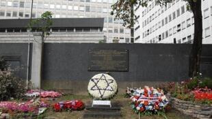 图为巴黎埃菲尔铁塔旁纪念二战犹太人遭大逮捕的纪念设置