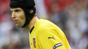 Le gardien tchèque Petr Cech porte un casque après un traumtisme cranien causé par un choc avec un autre joueur en 2006.