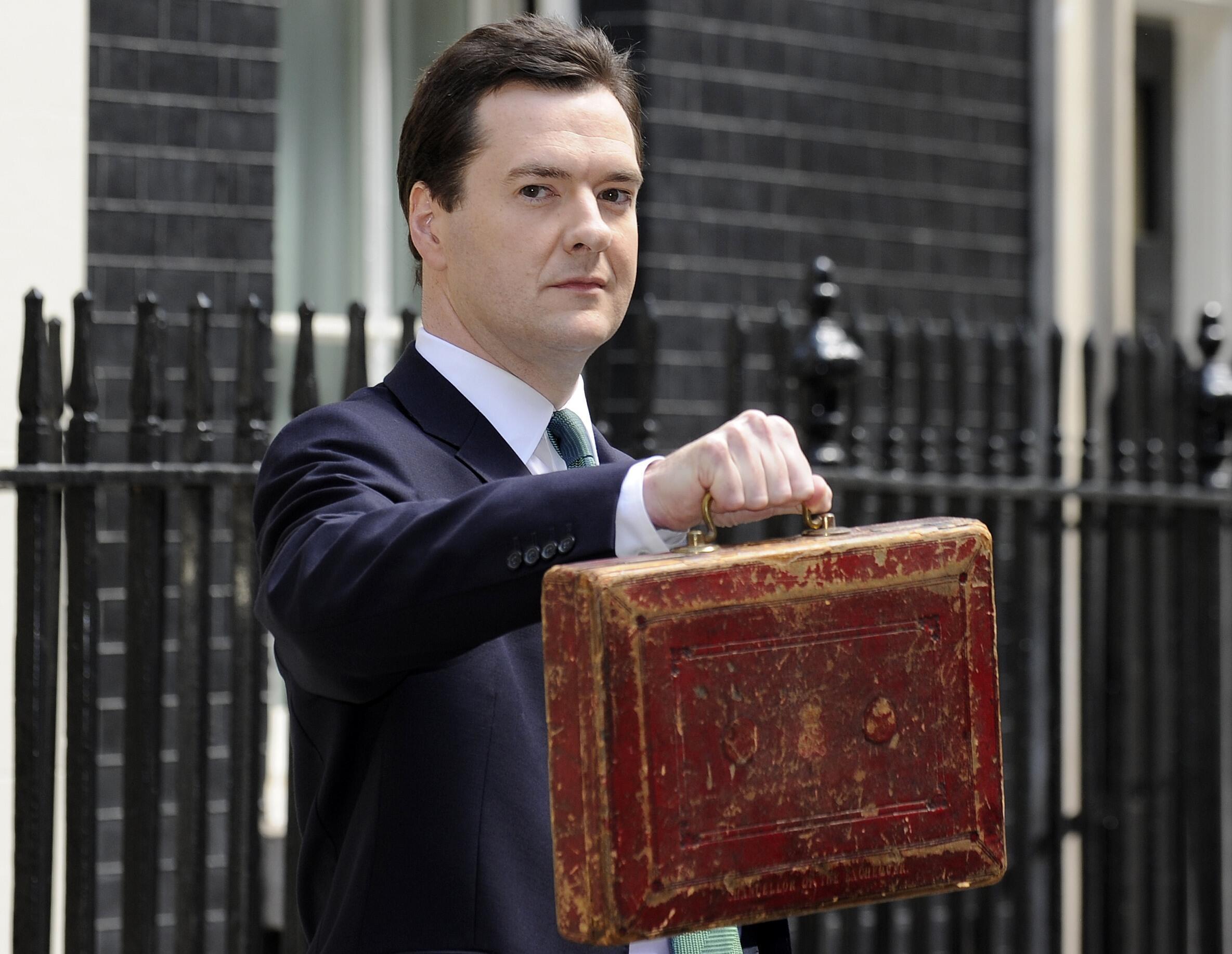 """Министр Финансов Великобритании Джордж Осборн с традиционным """"бюджетным портфелем"""""""