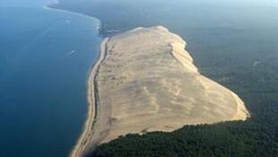 """法国波尔多滨海城市阿卡雄附近海边的人类世界保护遗产""""匹拉沙丘 (Dune de Pilat) """",也是欧洲最高的沙丘。"""