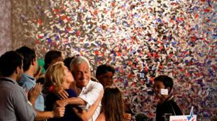 Le candidat à la présidence chilienne, Sebastian Piñera est arrivé en tête avec 36% des voix pour le premier tour, qu'il célèbre avec sa femme et ses supporters à Santiago, le 19 novembre 2017.
