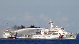 Một tàu hải cảnh Trung Quốc (P) sử dụng vòi rồng tấn công tàu hải cảnh Việt Nam trên Biển Đông, gần quần đảo Hoàng Sa. Ảnh chụp ngày 03/05/2014.