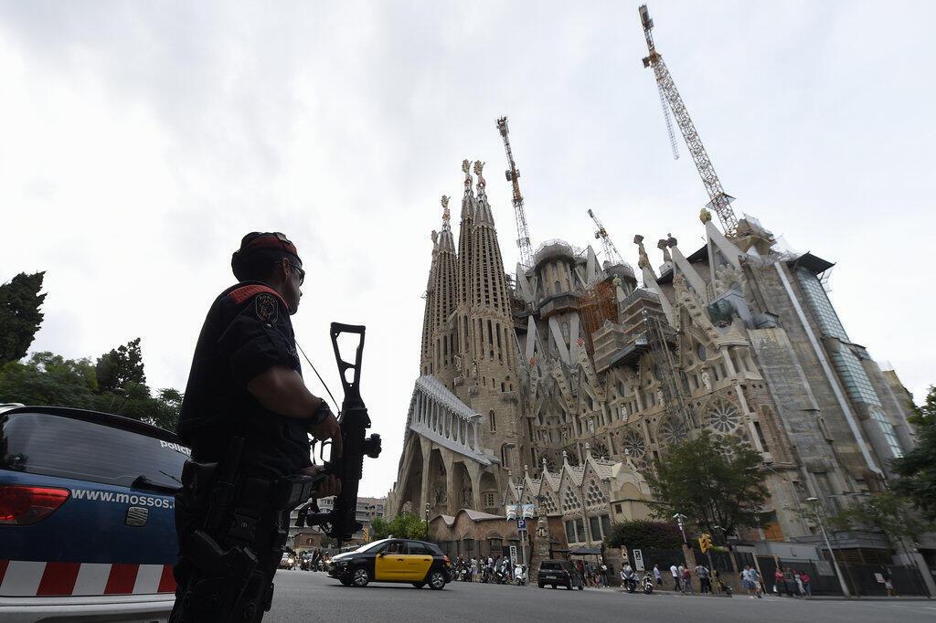 Một cảnh sát đứng canh gác trước nhà thờ Sagrada Familia, Barcelona, ngày 19/08/2017.
