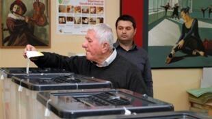 Un Albanais met son bulletin de vote dans l'urne à Tirana, lors du vote du  8 mai 2011.