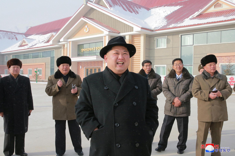 Lãnh đạo Bắc Triều Tiên Kim Jong Un thị sát một nhà máy làm bột khoai. Ảnh không ghi ngày do hãng thông tấn Bắc Triều Tiên KCNA cung cấp ngày 06/12/2017.