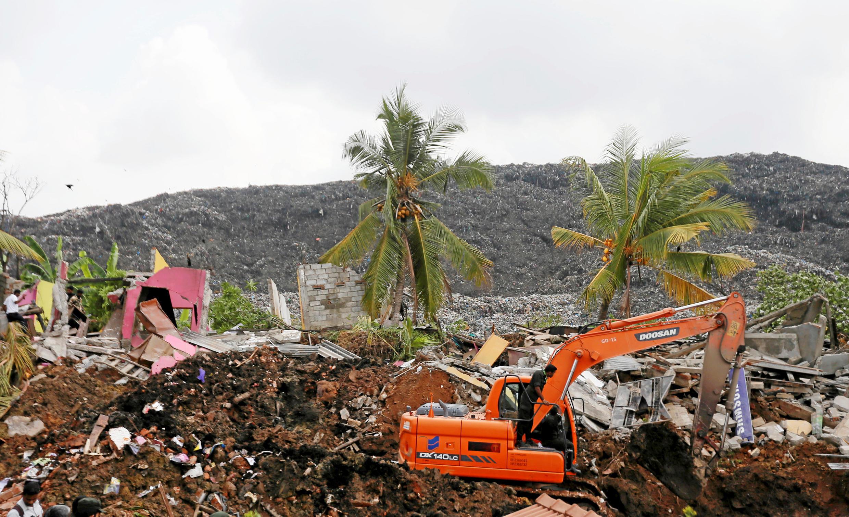 Поисково-спасательные работы в пригороде Коломбо, где на трущобы сошла гора мусора, Шри-Ланка, 15 апреля 2017 г.