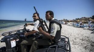 Policiais patrulham a praia em Sousse, na Tunísia, após ataque ocorrido em 26 de junho.