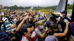 Migrantes provenientes de Venezuela buscan ingresar a Colombia por la fronteriza Cúcuta, el 12 de marzo de 2020