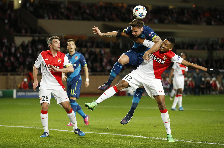 Jérémy Toulalan (à gauche) et Wallace (droite) ont tremblé face à Olivier Giroud et Arsenal avant d'assurer leur qualification pour les quarts de finale.