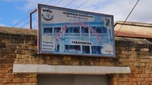 Entrée du Lycée Jules Ferry, en plein coeur d'Antananarivo, dans le quartier de Faravohitra.