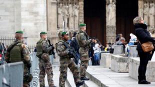 Des militaires français patrouillent devant la cathédrale Notre-Dame de Paris, le 23 décembre 2016, dans le cadre du plan Vigipirate alerte attentat (image d'illustration).
