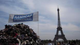 La pyramide de chaussures sur la place du Trocadéro, à Paris.