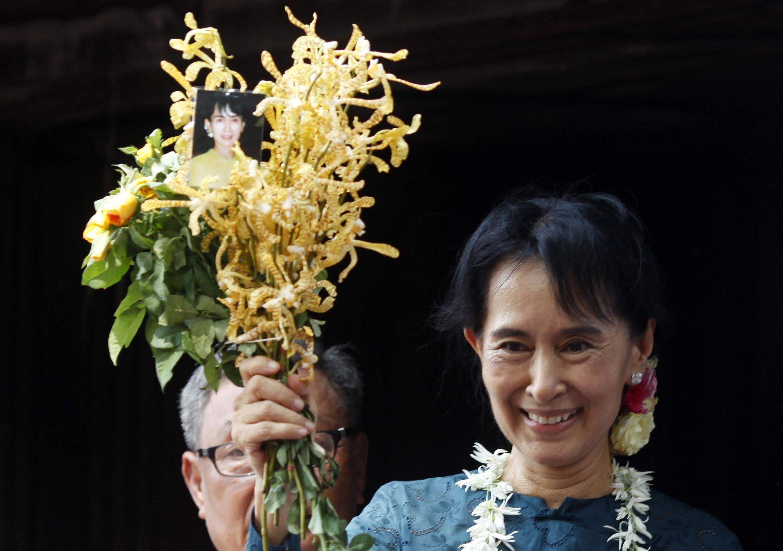 Bà Aung San Suu Kyi tại trụ sở Liên đoàn Quốc gia vì Dân chủ, Rangun, ngày 14/11/2010