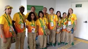 Grupo de voluntários na Arena Carioca 2, no Parque Olímpico da Barra.