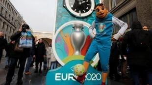 Áp phích quảng cáo cho EURO 2020 trên đường phố Saint Petersburg, Nga, một trong 12 thành phố được chọn đón ngày hội bóng đá châu Âu.