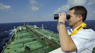 Le capitaine d'un super pétrolier français surveille le golfe d'Aden, le 18 janvier 2009.