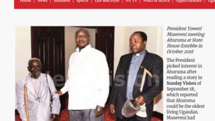 Capture d'écran de l'article de New Vision montrant le présumé doyen Ougandais aux côtés du président Museveni en 2016.