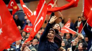 Des supporters de M. Erdogan brandissent des drapeaux turcs, à Metz, le 12 mars 2017.