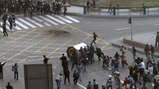 Le Caire, 15 janvier 2011. La police face aux manifestants.