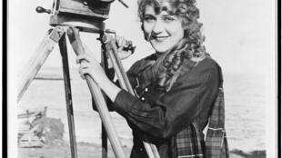 Nữ minh tinh màn bạc đầu tiên của Hollywood Mary Pickford ( khoảng năm 1016)