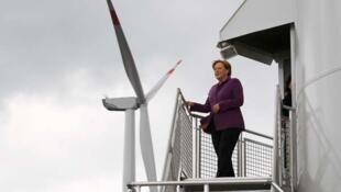 La chancelière allemande Angela Merkel visite le parc éolien de Ravensberg sur les bords de la mer Baltique. Photo datée du 18 août 2010.