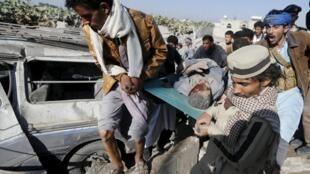 """Bombardeios da operação """"Tempestade decisiva"""" deixam feridos na capital Sanaa."""