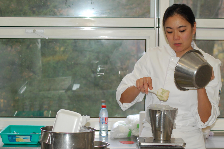 La asistente de la chef Keiko Nagae prepara platos condimentados con umami en el Instituto Paul Bocuse de Lyon. Noviembre de 2016.