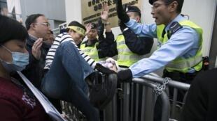 Các nhà hoạt động dân chủ Hồng Kông biểu tình đòi trả tự do cho giải Nobel hòa bình Lưu Hiểu Ba ngày 25/12/2012 trước văn phòng liên lạc Trung Quốc ở Hồng Kông.