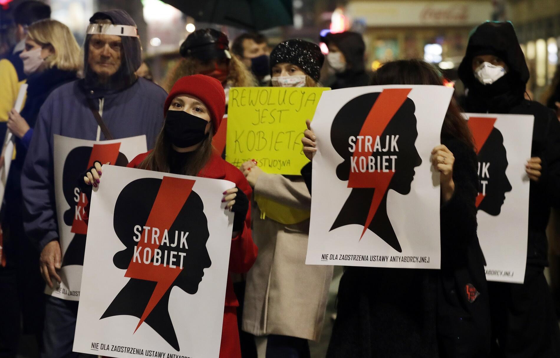 Manifestantes pro-avortement dans le centre-ville de Varsovie, lundi 9 novembre 2020 (image illustration).
