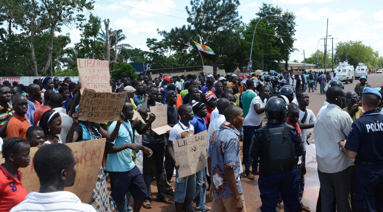 Des manifestants devant le parlement de transition, le 11 mai 2015, à Bangui.