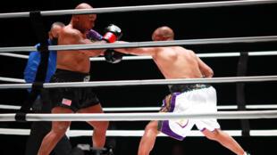 Mike Tyson (izquierda) y Roy Jones Jr. en el primer asalto del combate del sábado en el Staples Center de Los Ángeles.