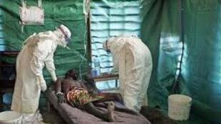 Mgonjwa wa Ebola akihudumiwa