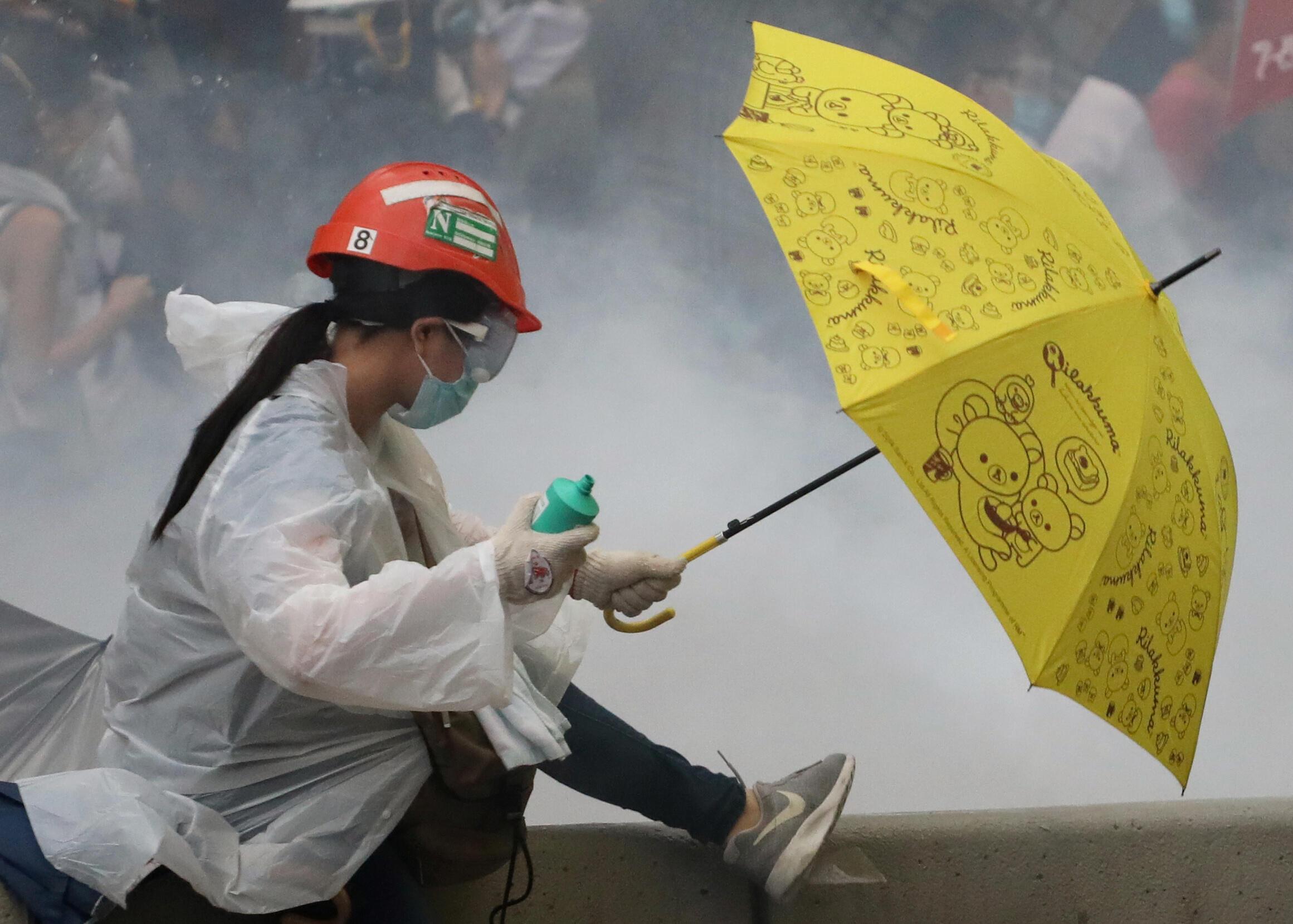 香港市民2019年6月12日再撑雨伞抵御警方胡椒喷雾弹