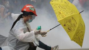 香港市民2019年6月12日再撐雨傘抵禦警方胡椒噴霧彈