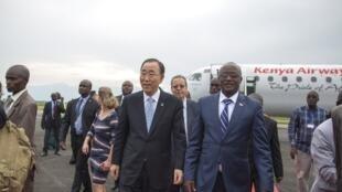 Le secrétaire général de l'ONU Ban Ki-moon pose le pied au Burundi, le 22 février 2016.