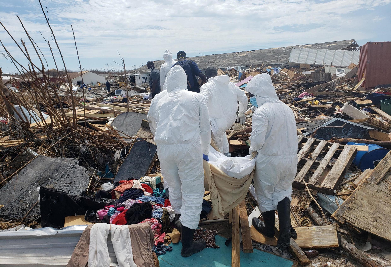 Les secours évacuent un corps des décombres d'un quartier de l'île de Grand Abaco aux Bahamas.
