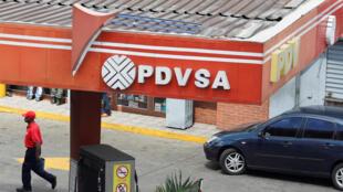 El logo de PDVSAen una estación de servicio de Caracas, el 22 de noviembre de 2017.
