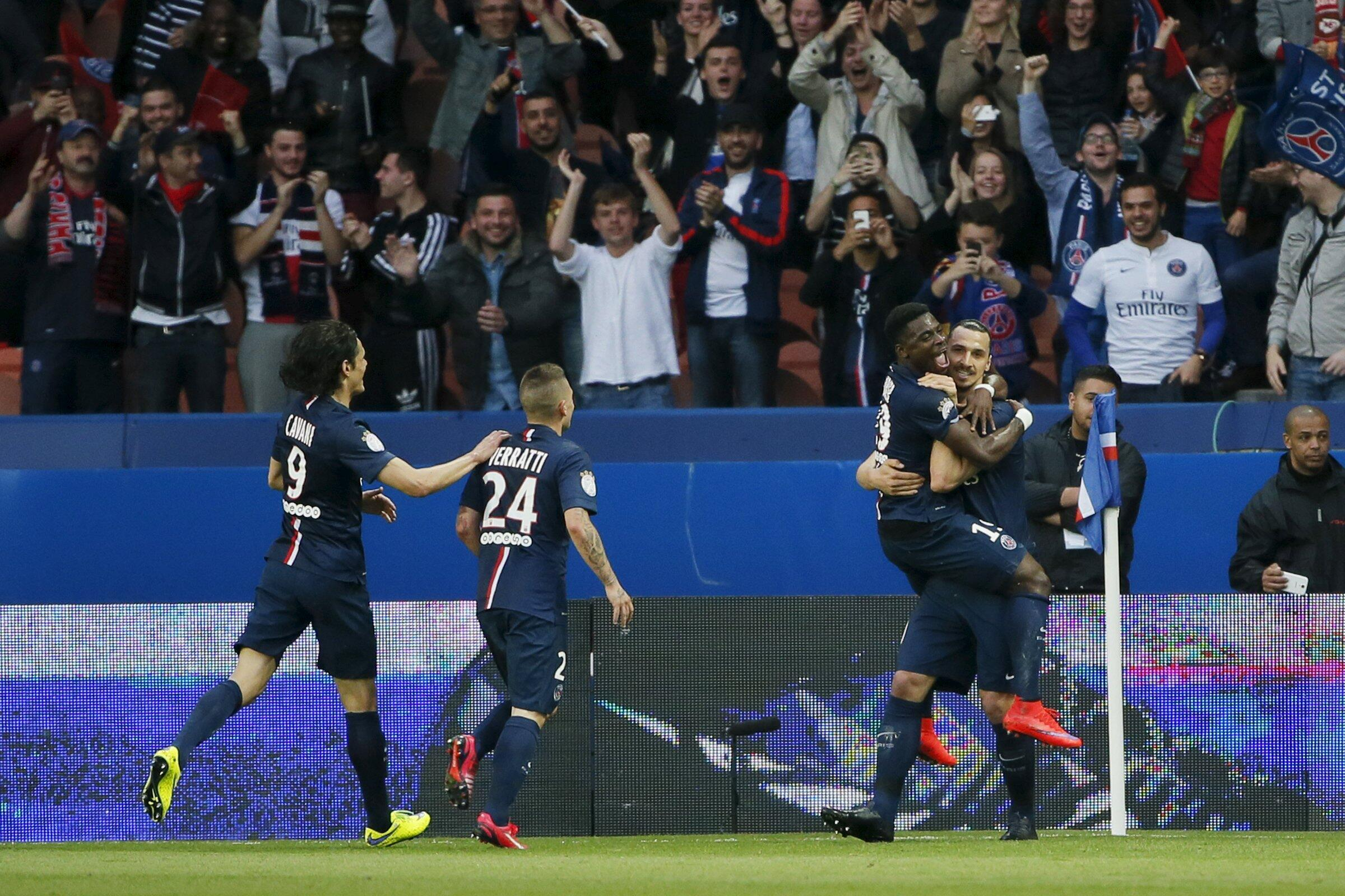 Jogadores do PSG comemoram um dos gols de Ibrahimovic na goleada de 6 a 0 sobre o Guingamp.