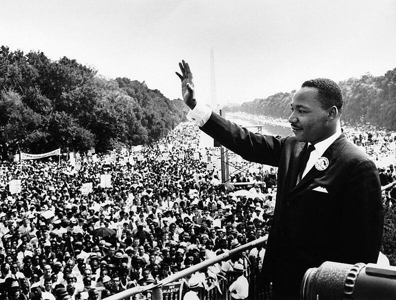 Martin Luther King Jr. s'adresse à une foule sur les marches du Lincoln Memorial, où il a prononcé son célèbre discours «I Have a Dream», le 28 août 1963, sur Washington, D.C.