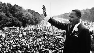 Martin Luther King Jr. s'adresse à une foule sur les marches du Lincoln Memorial, où il a prononcé son célèbre discours «I Have a Dream», le 28 août 1963, sur Washington, D.C.