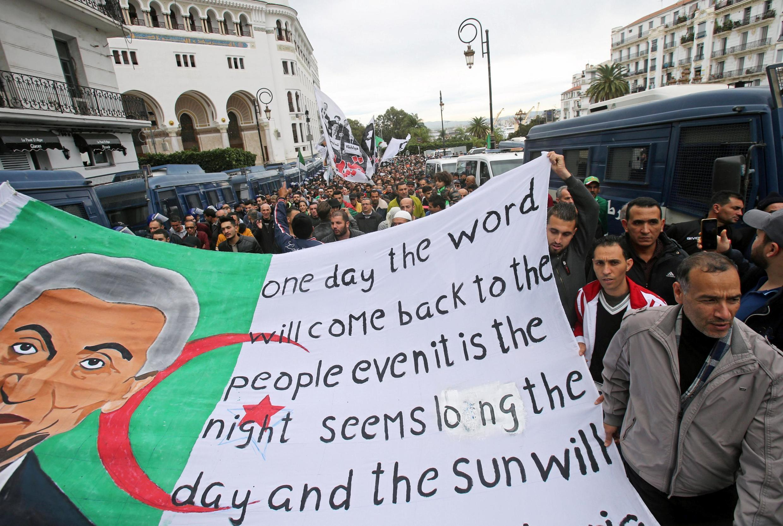 Des Algériens manifestent dans la capitale ce vendredi 20 décembre au lendemain de l'investiture d'Abdelmadjid Tebboune.