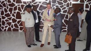 L'Ambassadeur de France au Congo, Jean-François Valette (C) discute avec des anciens combattants dans la maison renovée des anciens combattants à Brazzaville, le 1er février 2011.
