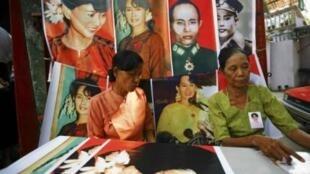 Члены Национальной лиги за демократию в офисе своей партии